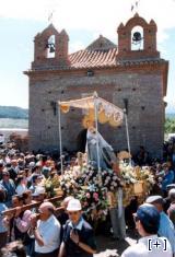 Procesión de la Virgen por el campo